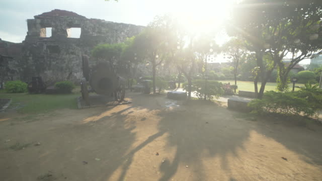 intramuros gardens at manila, philippines, colonial spanish city. steadicam shot - giardino pubblico giardino video stock e b–roll