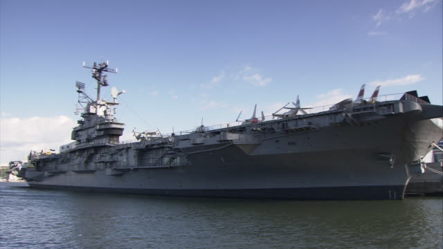 stockvideo's en b-roll-footage met ms pan uss intrepid docked on hudson river / manhattan, new york city, new york, usa - amerikaanse zeemacht