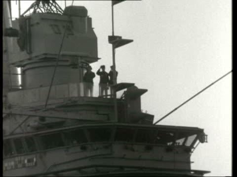 vidéos et rushes de intrepid' sails through suez canal; egypt: suez canal: gv ship along l-r thru' canal: men on bridge: ship along l-r: bridge as ship along l-r: deck... - canal de suez
