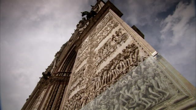 intricate stone carvings on the facade of orvieto cathedral. available in hd. - ウンブリア州点の映像素材/bロール