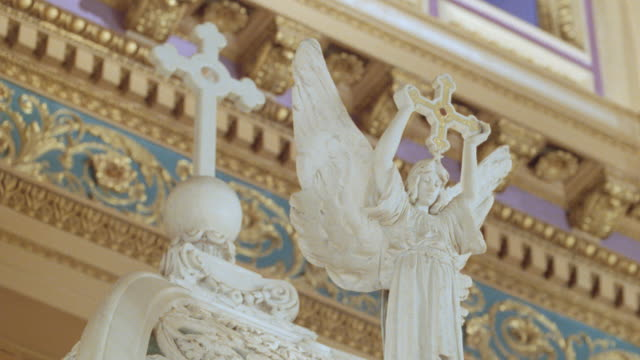 intricately carved sculptures decorate a catholic church. - cattolicesimo video stock e b–roll