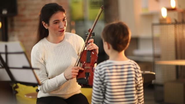 vídeos de stock, filmes e b-roll de introdução de violino - violino