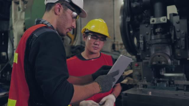 vídeos y material grabado en eventos de stock de introducción de los trabajadores industriales - aprendiz