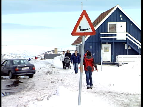 vídeos de stock e filmes b-roll de inuit people / husky dogs / fishing boats / fishermen / sled race / ilulissat town / snowscapes / seascapes parents with children walking along... - inuit