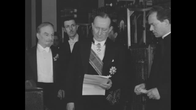 inventor guglielmo marconi and his wife beatrice arrive at the vatican / swiss guard stand at attention / marconi reads a speech, in italian,... - ラジオ放送点の映像素材/bロール
