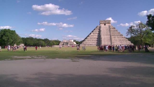 investigadores presentaron el miercoles en ciudad de mexico el hallazgo de una nueva estructura al interior de la piramide maya de kukulkan en el... - chichen itza stock videos and b-roll footage