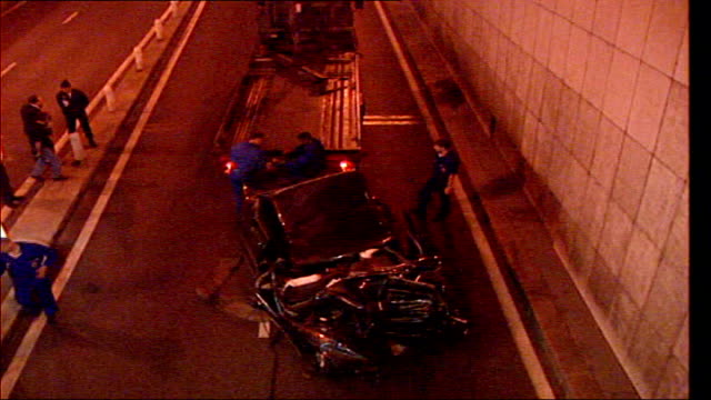 stockvideo's en b-roll-footage met investigation into diana princess of wales death rules out conspiracy paris pont de a'lma tunnel ext / night * * flash photography * * wreckage of... - dood begrippen