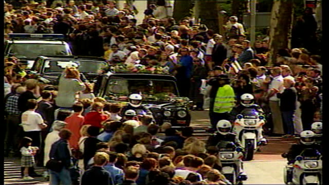 stockvideo's en b-roll-footage met investigation into diana princess of wales death rules out conspiracy lib london ext hearse along past crowds at princess diana funeral - dood begrippen