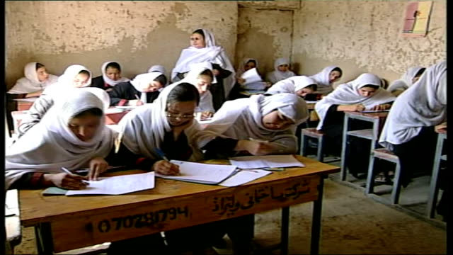 vidéos et rushes de investigation into education conditions; int adult women wearing white hijabs studying - hijab