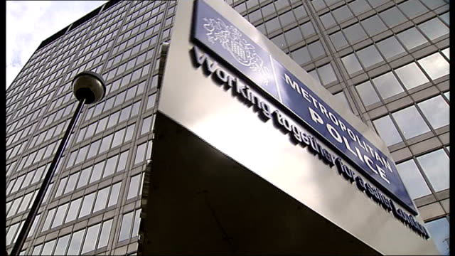 investigation into police smear campaign against the family of stephen lawrence ext low angle shot new scotland yard sign rotating - ニュースコットランドヤード点の映像素材/bロール