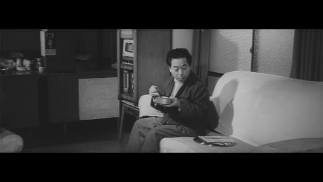 vidéos et rushes de investigations in the town/empty home of yoshinobu murakoshi matsui eijiro a landlord searches for yoshinobu posters prayers fortune telling tv... - détective