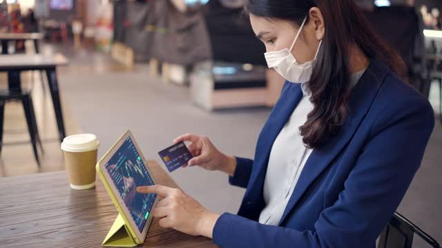 anleger verwenden kreditkarte sind handel aktien. im elektronischen markt durch computer durch das internet per handy. - kryptowährung stock-videos und b-roll-filmmaterial