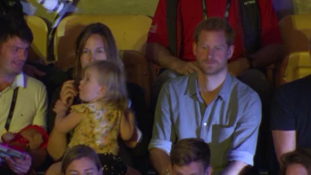 invictus games 2017 prince harry shares popcorn with toddler during volleyball game harry sitting with hensons' and shares his popcorn then toddler... - popcorn stock-videos und b-roll-filmmaterial
