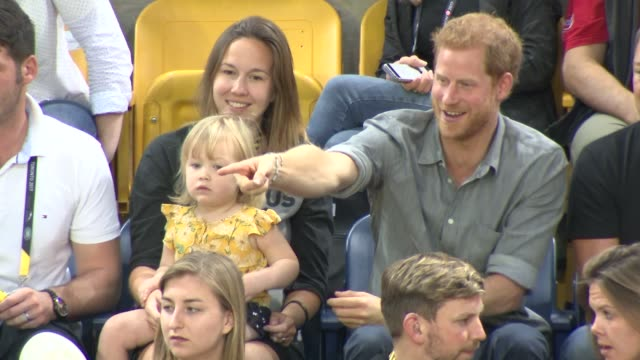 invictus games 2017 prince harry shares popcorn with toddler during volleyball game more of harry watching match with the hensons' / harry departs at... - プリンス点の映像素材/bロール