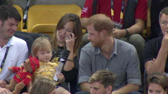 invictus games 2017 prince harry shares popcorn with toddler during volleyball game canada ontario toronto int dave henson and hayley henson and... - プリンス点の映像素材/bロール