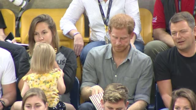 vídeos de stock e filmes b-roll de prince harry has his popcorn pinched by young girl; canada: toronto: mattamy athletic centre: ext prince harry sitting in the stands, eating popcorn,... - realeza