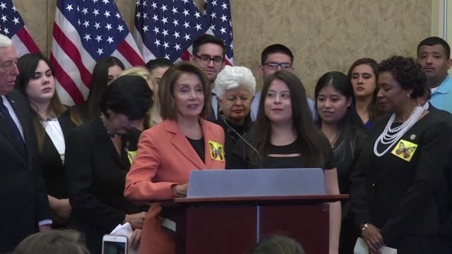 invitados por legisladores democratas inmigrantes en un limbo legal acompanaron el martes el discurso del presidente estadounidense donald trump en... - congreso stock videos and b-roll footage
