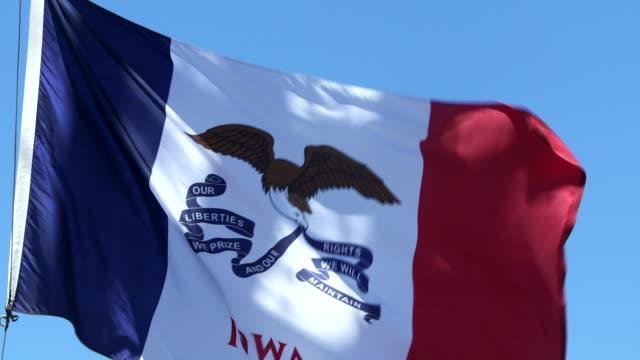 vídeos de stock e filmes b-roll de iowa state flag waving in the breeze - des moines iowa