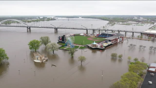iowa's downtown davenport floods after mississippi river barrier fails in davenport , iowa, usa on wednesday, may 1, 2019. - アイオワ州点の映像素材/bロール