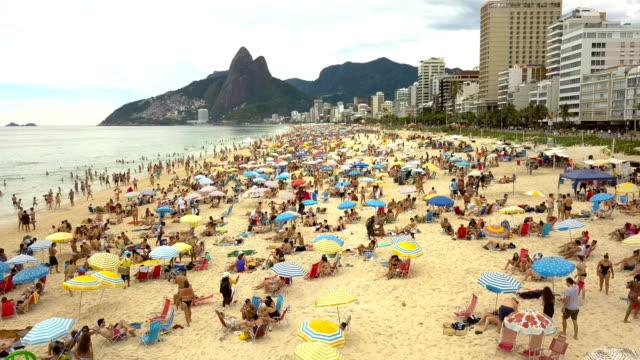 praia de ipanema-voo sobre en praia - rio de janeiro bildbanksvideor och videomaterial från bakom kulisserna