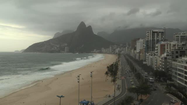 ws, ha, ipanema beach looking towards leblon with two brothers hill in background, rio de janeiro, brazil - palma nana video stock e b–roll