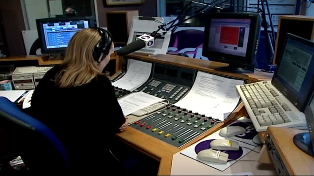 vídeos de stock, filmes e b-roll de hunt for murderer of five women int dj in radio station sat in studio - estúdio de rádio