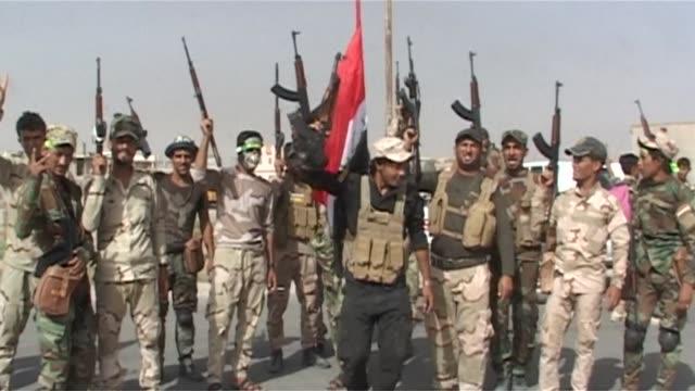 irak anuncio el jueves que sus tropas arrebataron al grupo estado islamico la nortena localidad de sharqat clave en las operaciones para la ofensiva... - irak stock videos and b-roll footage