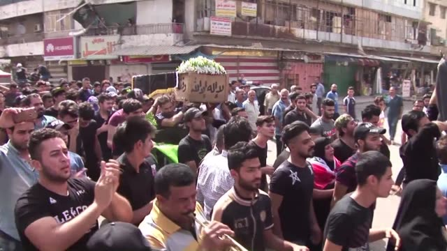 vídeos de stock, filmes e b-roll de irak despide a las victimas del atentado suicida en bagdad - irak