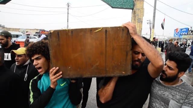 irak vivio el jueves una de las jornadas mas sangrientas en dos meses de protestas contra el poder con la muerte de mas de tres decenas de... - najaf stock videos & royalty-free footage