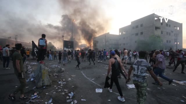 vídeos de stock, filmes e b-roll de irak vivio la jornada mas sangrienta desde el comienzo de las protestas tres dias atras alcanzando a 30 muertos en una violencia sin precedentes en... - irak