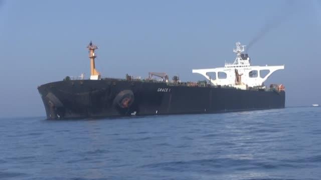 iran anuncio el lunes que advirtio a estados unidos contra una eventual captura del petrolero iraní que zarpo desde gibraltar donde estaba retenido... - combustibile fossile video stock e b–roll