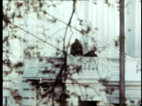 explosion england london kensington princes gate ls explosion from grenade pan couple embracing pan street ms sas men on balcony explosion and smoke... - belagerung stock-videos und b-roll-filmmaterial