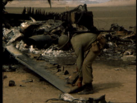stockvideo's en b-roll-footage met operation eagle claw aborted commander denies wanting to go ahead b lib iran tabas desert ext pan helicopter wreckage to soldier lifting rotor blade... - klauw lichaamsdeel van dieren