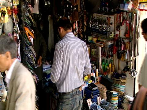 vídeos y material grabado en eventos de stock de iranian citizens shopping at the market / tehran, iran - formato buzón