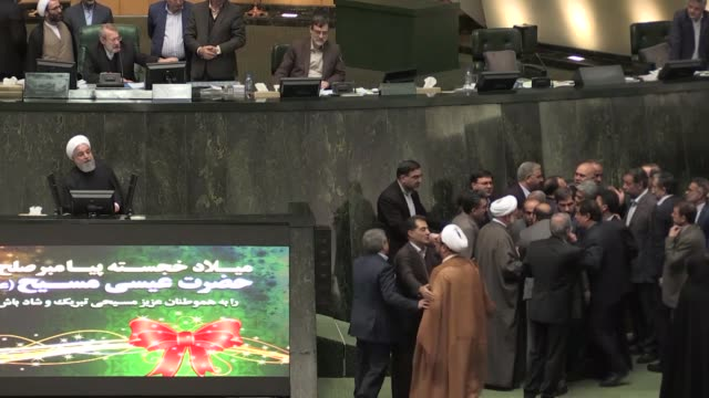 vidéos et rushes de iranian president hassan rouhani gives a speech presenting next year's budget bill during a parliamentary session as a group of lawmakers gather... - politics and government