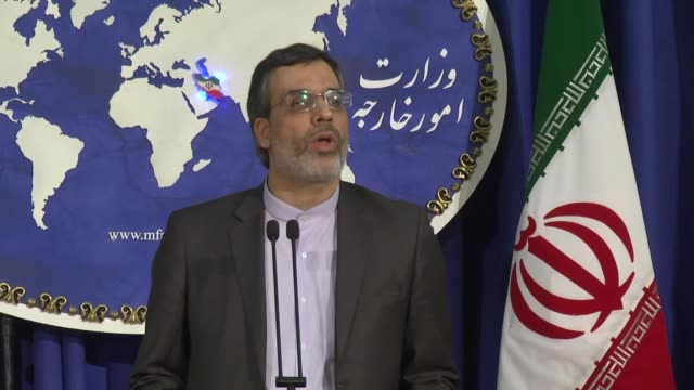 vídeos de stock e filmes b-roll de iran's foreign ministry spokesman hossein jaber ansari talks about the iransaudi arabia relations during the weekly press conference at the foreign... - porta voz masculino