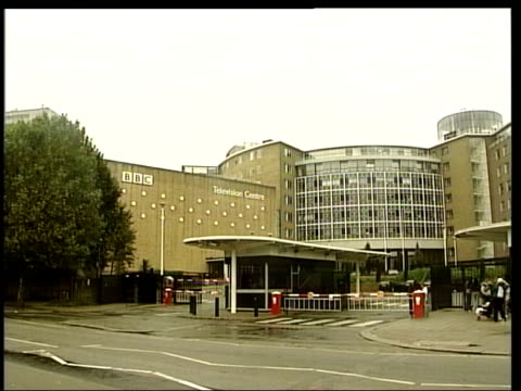 dodgy dossier affair the source lib white city television centre cms 'bbc' on wall ms 'television centre' on wall london gir alastair campbell being... - übersichtsreport stock-videos und b-roll-filmmaterial