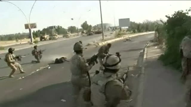 mi6 warning about british militants returning from iraq and syria iraq baghdad ext iraqi soldiers firing shots in street army personnel carriers in... - バグダッド点の映像素材/bロール