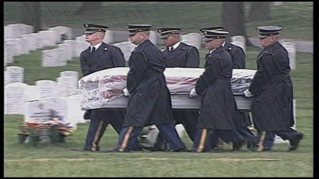 stockvideo's en b-roll-footage met iraq study group calls for change in foreign policy usa virginia arlington arlington cemetery general view of cemetery us military pall bearers... - virginia amerikaanse staat