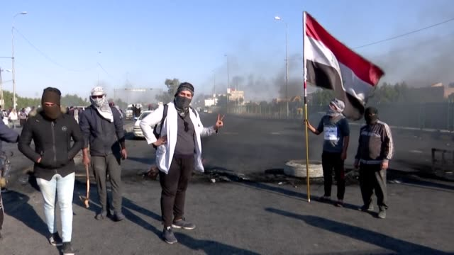 iraqi antigovernment demonstrators shut a road in the holy city of najaf as the deadline they had given authorities to implement long awaited reforms... - najaf video stock e b–roll
