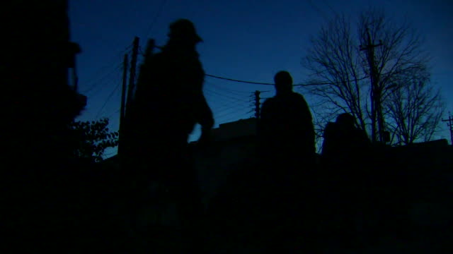 iraqi army soldiers moving under the cover of darkness in the search for islamic state militants in western mosul - taschenlampe stock-videos und b-roll-filmmaterial