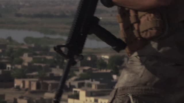 iraqi border police keeping watch on the iraq-syria border - イラク点の映像素材/bロール