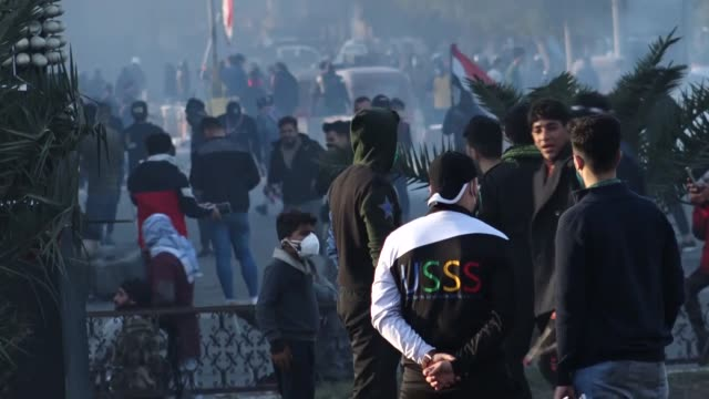 vidéos et rushes de iraqi demonstrators clash with security forces during ongoing antigovernment protests in baghdad iraq on january 27 2020unidentified gunmen shot dead... - irak
