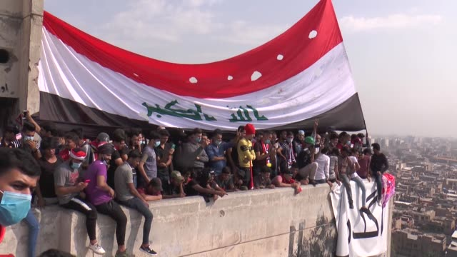 vídeos de stock e filmes b-roll de iraqi demonstrators occupy a highrise building named 'the turkish restaurant' overlooking tahrir square as protests continue for economic reforms and... - bagdade