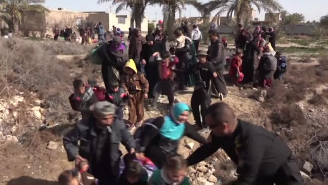 iraqi forces were still evacuating civilians from certain is controlled areas of ramadi sunday as they continue to clear the city weeks after... - civilperson bildbanksvideor och videomaterial från bakom kulisserna