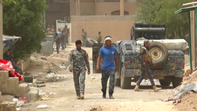 iraqi government forces patrol the centre of the city of fallujah on june 18, 2016 as they hunt down holdout militants after retaking the daesh's... - al fallujah bildbanksvideor och videomaterial från bakom kulisserna