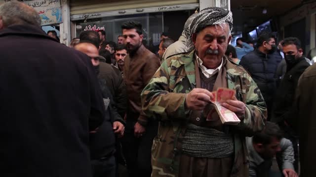 vídeos y material grabado en eventos de stock de iraqi kurdish citizens in arbil express their worries after a currency devaluation has slashed their purchasing power amid a pandemic-fuelled... - devaluation