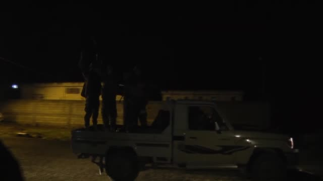 iraqi kurdish peshmerga convoy carrying heavy weapons belonging to peshmerga forces arrives in suruc town near the syrian border on their way to... - isil konflikt stock-videos und b-roll-filmmaterial