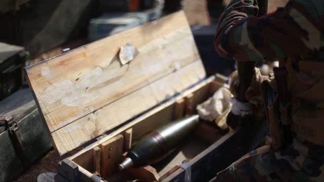 stockvideo's en b-roll-footage met iraqi kurdish peshmerga forces are fighting the islamic state group in the besieged border town of kobane as they joined fellow kurds battling... - aan elkaar bevestigd