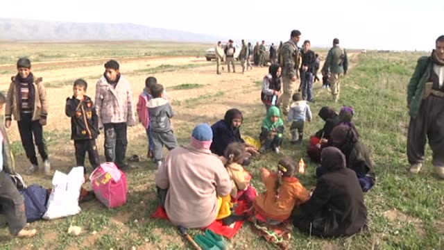 iraqi people from telrim village of makhmur district 20 kilometers distance to arbil in northern iraq migrate from their homes to avoid the clashes... - isil konflikt stock-videos und b-roll-filmmaterial